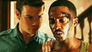 Britų aktorius Will Poulter (kairėje), vaidinantis policininką rasistą, kurio iniciatyva tardymas virsta žiauriu kankinimu.