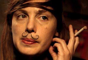 Pagrindinė veikėja Paula (Lætitia Dosch) paryžietiškame vakarėlyje.