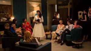 Marija, vilkinti balta suknele (Rossy de Palma), - aristokratų vakarėlio puošmena.