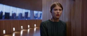 Pagrindinė veikėja Telma (norvegų aktorė Eili Harboe), sukrėsta po vos sutramdytų konvulsijų operos teatre.