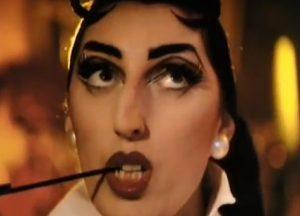 """Rossy de Palma vaidina manekenę žymiajame George Michael vaizdo klipe """"Too Funky"""" (1992)."""