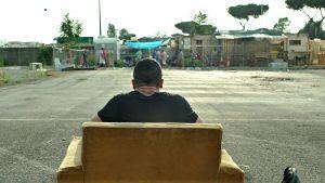 Kadras, kuriame Stefanas (Simone Liberati) filmuojamas iš nugaros sėdintis fotelyje mašinų stovėjimo aikštelės erdvėje, virsta metafora, žyminčia jo fizinę ir dvasinę atskirtį nuo jį supančio sociumo.
