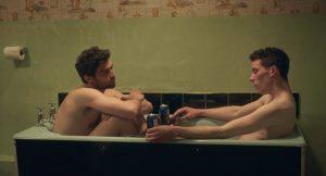 Pagrindiniai filmo veikėjai, atradę vienas kitą: Gheorghe'as (Alecas Secăreanu) ir Johnny'is (Joshas O'Connoras).