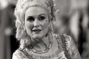 Nebyliojo kino aktorė Lillian Mayhew, Rose mama (Julianne Moore), 1927-ųjų Niujorke.
