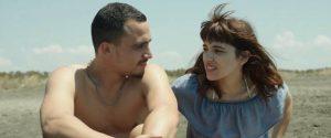 Scena paplūdimyje, kuomet artumo pojūtis ištirpina vienišumą, pakeisdamas jį harmoningu buvimu kartu.