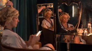 Ištaigingi veidrodžiai atspindi ne gyvenimo prabangą, bet užslėptas Anne (Toni Collette) baimes ir kompleksus.