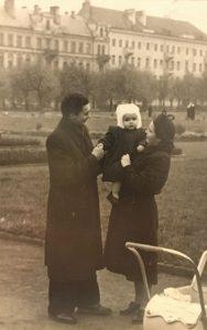 Su tėvais Lukiškių aikštėje. Nuotrauka iš asmeninio archyvo