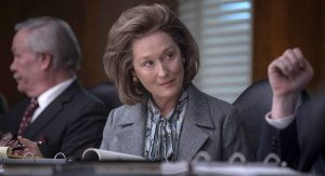 Katharine Graham (Meryl Streep) mėgina išlikti tvirta pasaulyje, kurį valdo išimtinai vyrai.