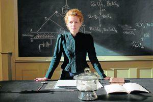 Legendinė pirmoji Marie Curie paskaita Paryžiaus Sorbonos universitete 1906-ųjų lapkričio 5 dieną.