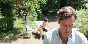 Oliveris ir Elio prieš atsargų prisipažinimą meilėje, apgaubti ryškios vasaros šviesos.