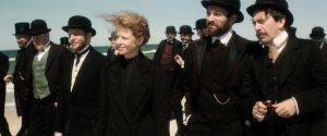 Tarptautinis fizikų kongresas 1911-ųjų lapkritį, kuomet Marie Curie turėjo garbės susipažinti su Albertu Einsteinu (nuotraukoje - pirmas iš dešinės, įkūnytas lenkų aktoriaus Piotro Głowackio).