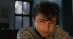 Paskutinysis filmo kadras, fiksuojantis drėkstantį introspektyvų Elio žvilgsnį. Židinio liepsnos atšvaitai virš veido metaforiškai įkūnija praėjusios vasaros prisiminimus.