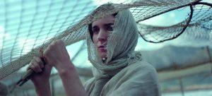 Marija Magdalietė (Rooney Mara) iš tolo stebi Kristaus mokymą Magdalos gyventojams.
