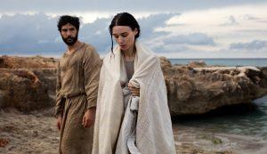 Apkrikštyta Marija Magdalietė (Rooney Mara) šalia Judo Iskarijoto (Tahar Rahim), tampančio jos geru draugu.