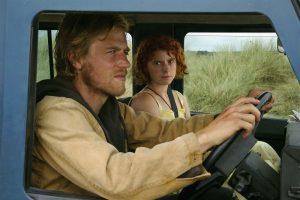 Pagrindiniai filmo (anti?)herojai - Moll (Jessie Buckley) ir Pascal (Johnny Flynn) - jungiami atskalūniškos laisvės troškimo.