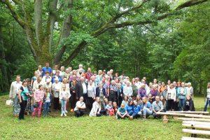Projekto dalyviai prie senojo Kazitiškio ąžuolo.