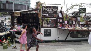 Knygynas-barža Londone. Čia galima rasti tiek skaitytų, tiek visai naujų knygų. Neringos Dangvydės nuotrauka