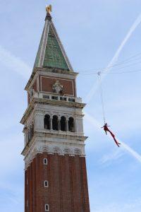 """Volo dell'Angelo"" – ""Angelo skrydis"" nuo šv. Morkaus varpinės bokšto"