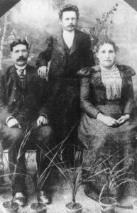 Augstinas Baranauskas (viduryje ) su giminėmis. XIX a. pabaiga