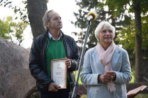 Vaižganto premijos laureatas Alfas Pakėnas su Rašytojų sąjungos pirmininke Birute Jonuškaite Malaišiuose. 2019 rugsėjo 15. S. Nemeikaitės nuotrauka