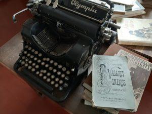Bronės Buvydaitės rašomoji mašinėlė ir svarbiosios knygos. Neringos Dangvydės nuotrauka