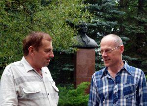 Kontrimavičiaus nuotraukoje – atvirlaiškių pašnekovai Muziejaus direktorius Antanas Verbickas ir rašytojas Ričardas Šileika, Antanui Baranauskui nebyliai klausantis.