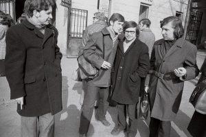Prie Vilniaus universiteto Istorijos (kairėje) ir Filologijos (dešinėje) fakultetų kiemelių vartų, tikėtina, 1971-ųjų ruduo ar 1972-ųjų pavasaris, Antano Stanevičiaus nuotrauka