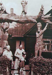 Giedrė Tarabildaitė su savo tėvais prie gimtųjų namų, 1985