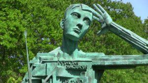 Paminklo Vytautui Mačerniui Telšiuose fragmentas. Skulptorius Gediminas Karalius