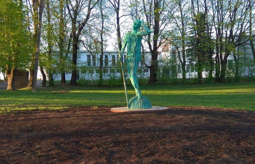 Paminklas Vytautui Mačerniui prie jo Baltosios mokyklos. Skulptorius Gediminas Karalius