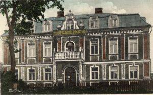 Telšių vyskupo Motiejaus Valančiaus gimnazija Simono Daukanto gatvėje 1926-1936 m. Atvirukas išleistas F. Milkevičiaus knygyno. Iš Žemaičių muziejaus Alka rinkinių